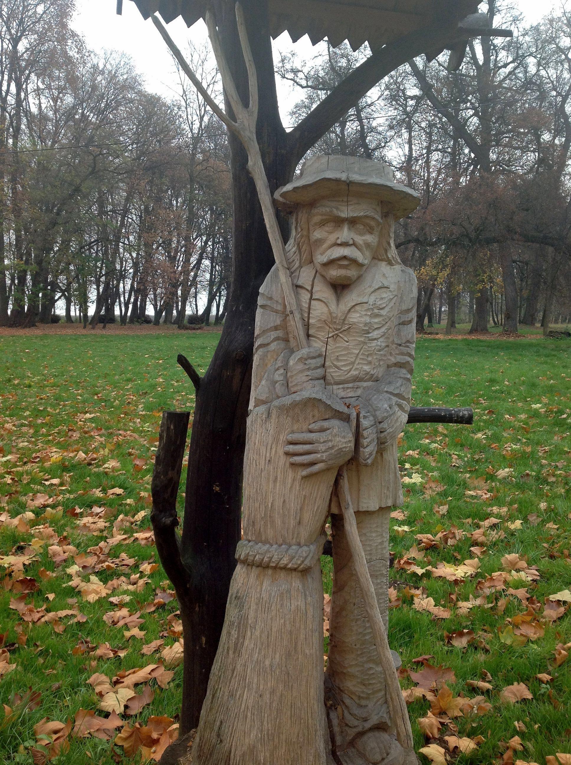 do niektórych ogrodów bardziej pasują rzeźby drewniane