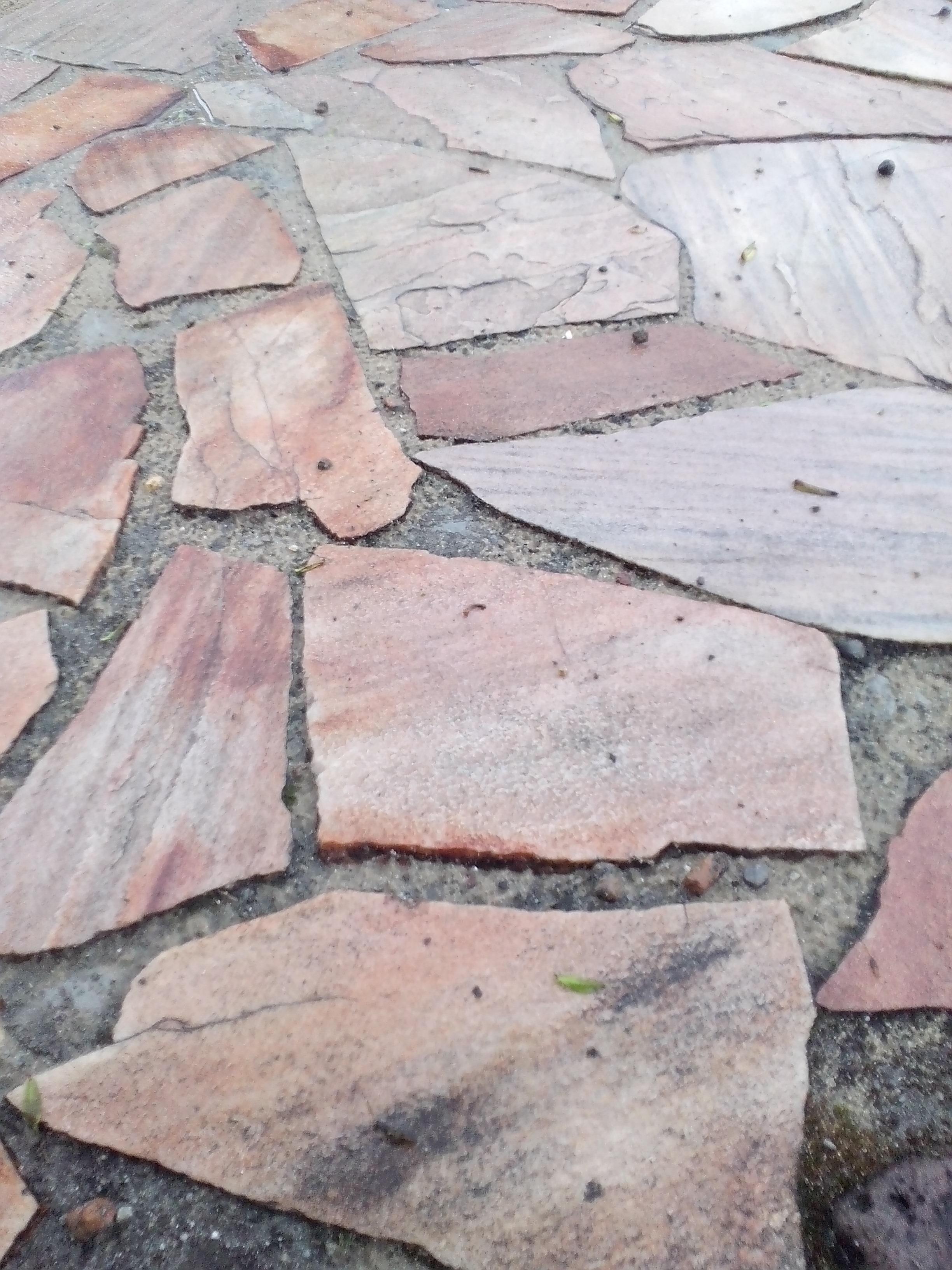 płyty kamienne o nieco jaśniejszej barwie
