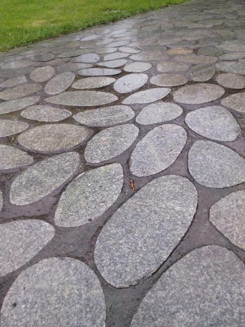 te kamienne płyty bardzo dobrze wyglądają w nowoczesnym ogrodzie, ale są bardzo śliskie
